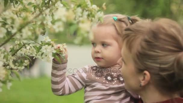 Dítě s mámou v zahradě
