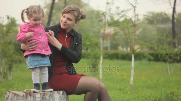 Maminka s dítětem na ulici