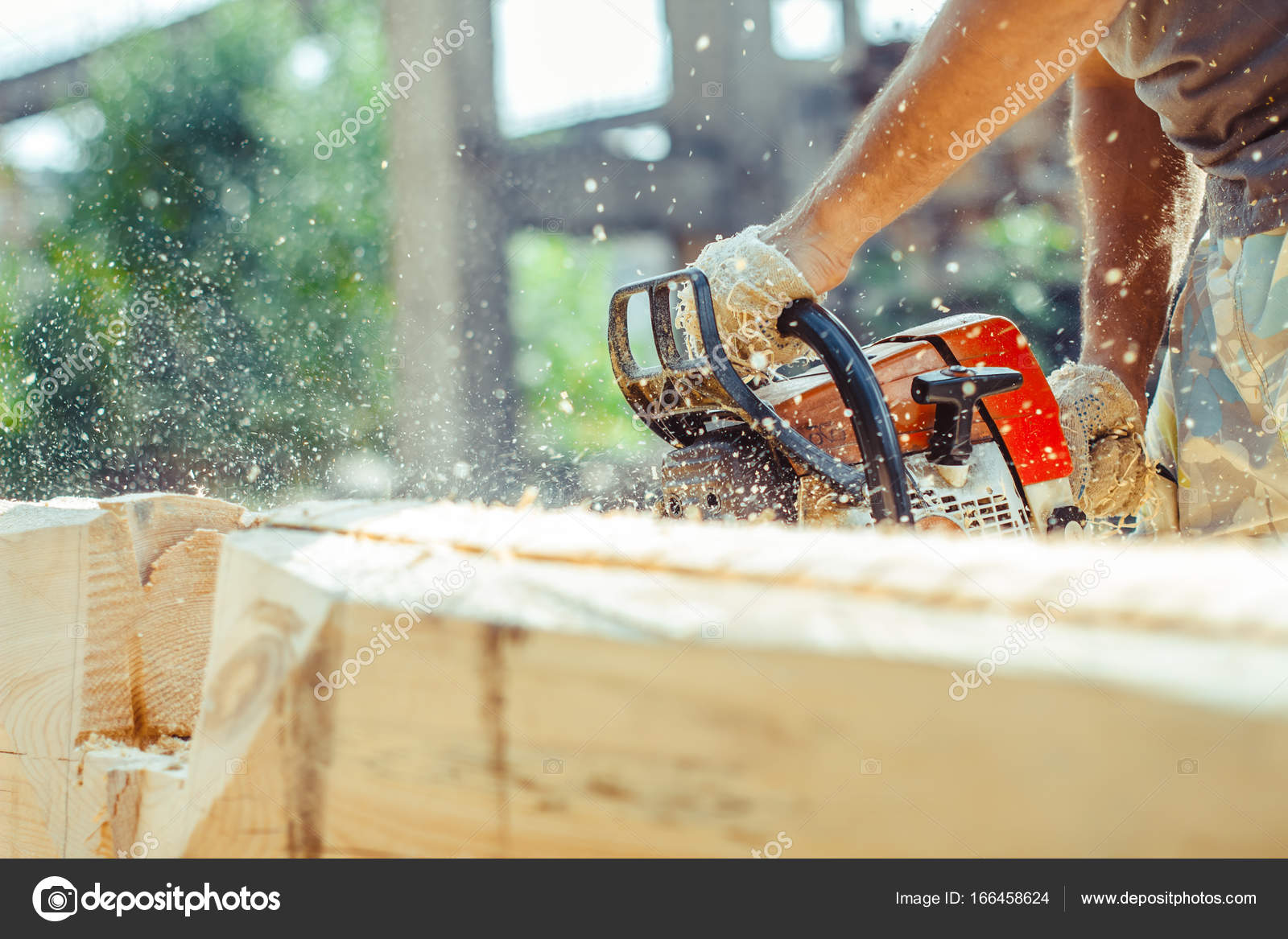 arbeiter einen kettensäge baum sägen — stockfoto © venerala #166458624