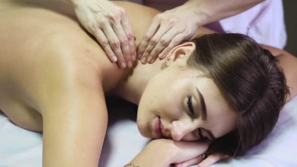 masáž zad v salonu