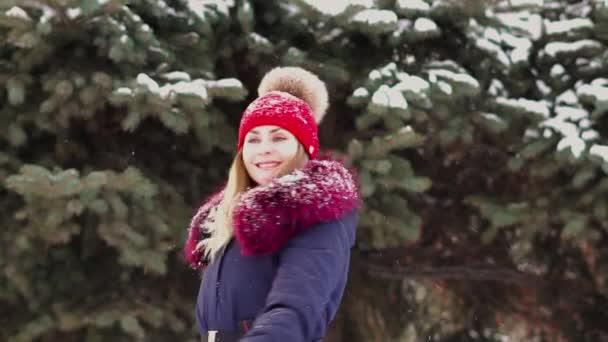 Žena se těší na sníh