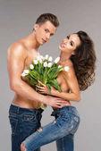 glückliches Liebespaar mit Blumen