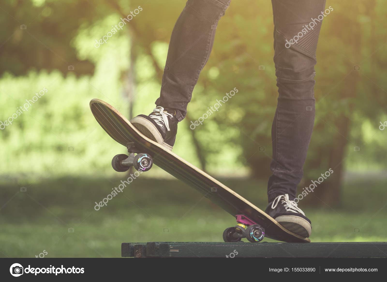 Wundervoll Nahaufnahme Von Mann, Die Beine Auf Skateboard Fahren U2014 Foto Von Zoff Photo