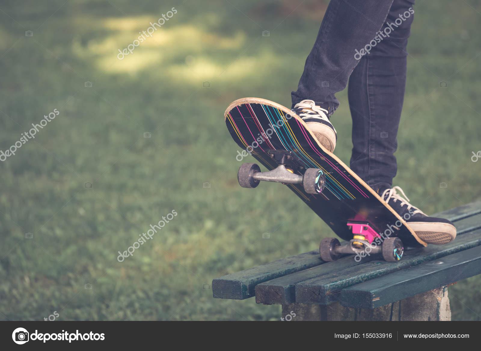 AuBergewohnlich Nahaufnahme Von Mann, Die Beine Auf Skateboard Fahren U2014 Foto Von Zoff Photo