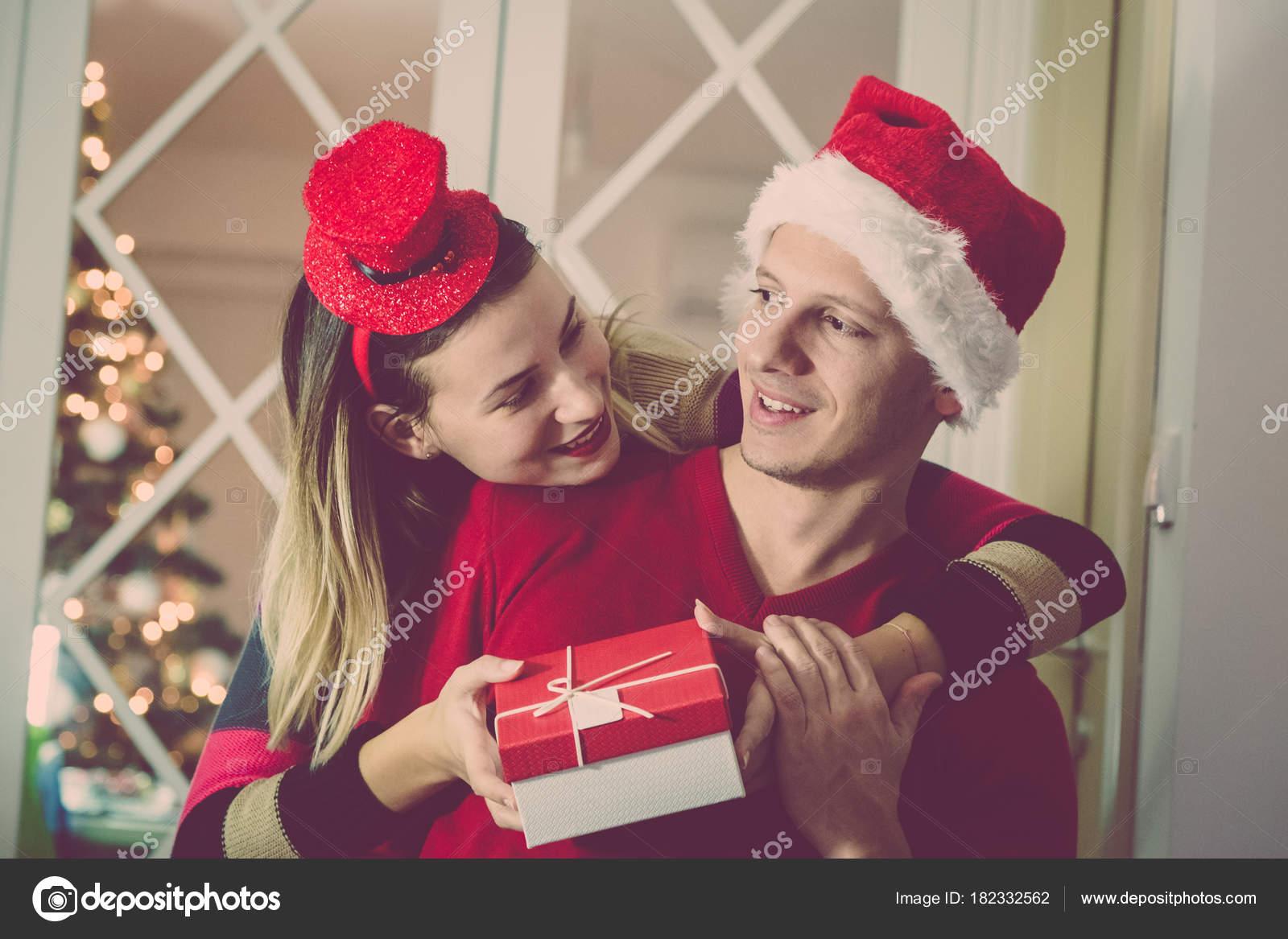 Mann seine Frau Überraschungsgeschenk für Weihnachten erhalten ...