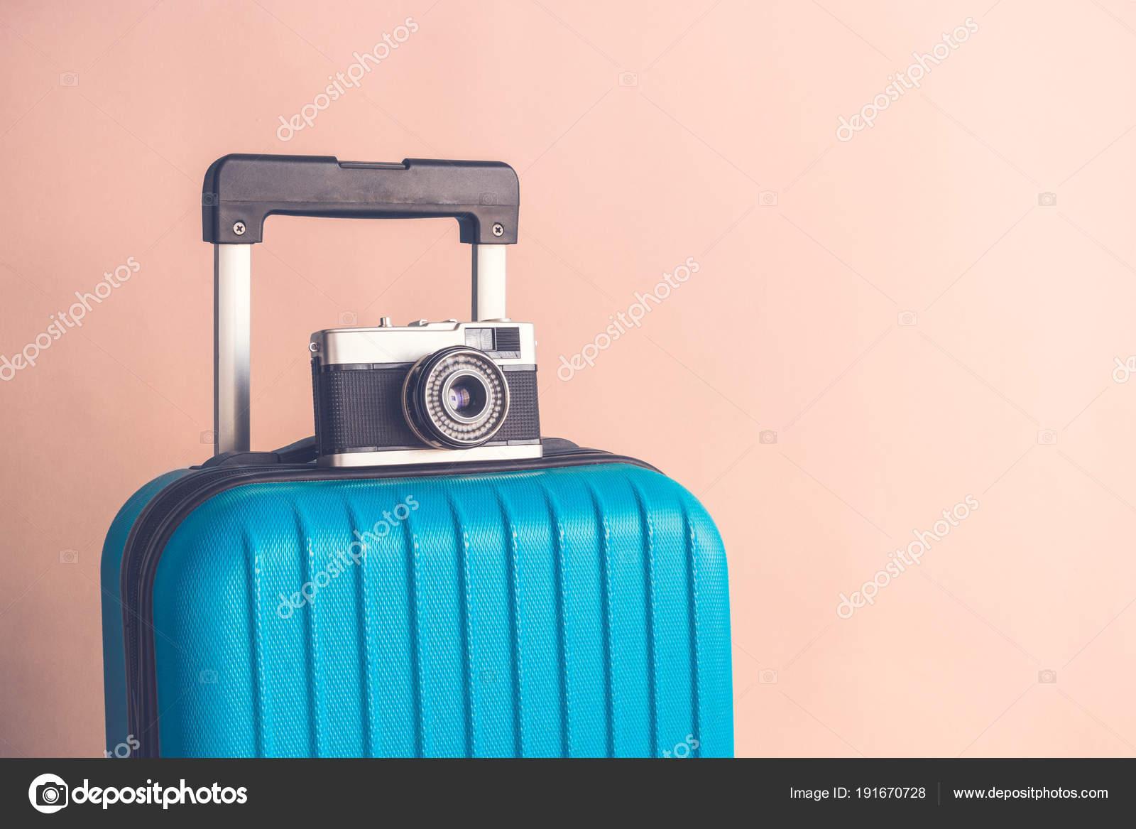 Камера с старинные старые старомодный камеры на бежевом фоне минималистичный  отпуск концепции — стоковое фото fd9a2a66fe7