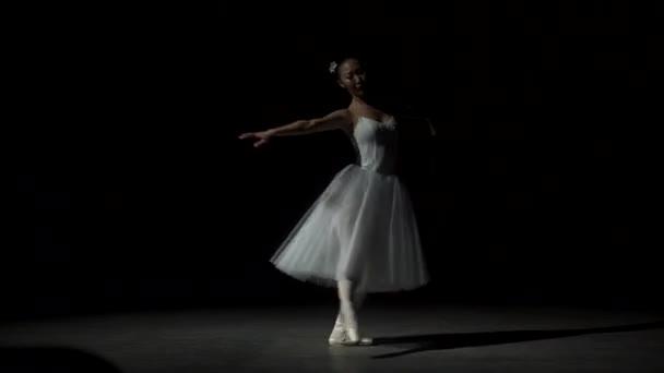 Balletttänzerin tanzt mit Tutu