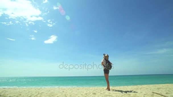 Dívka na pláži a letadlo vzlétnout