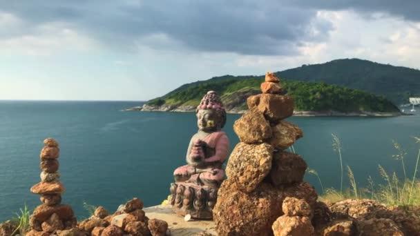 Socha Buddhy v blízkosti oceánu