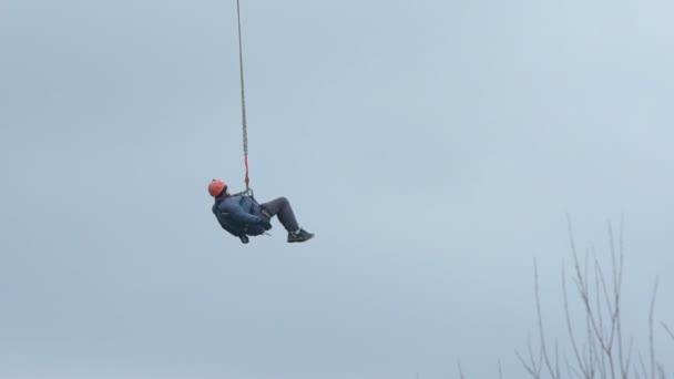 Bungee-Jumper hoch oben am Himmel