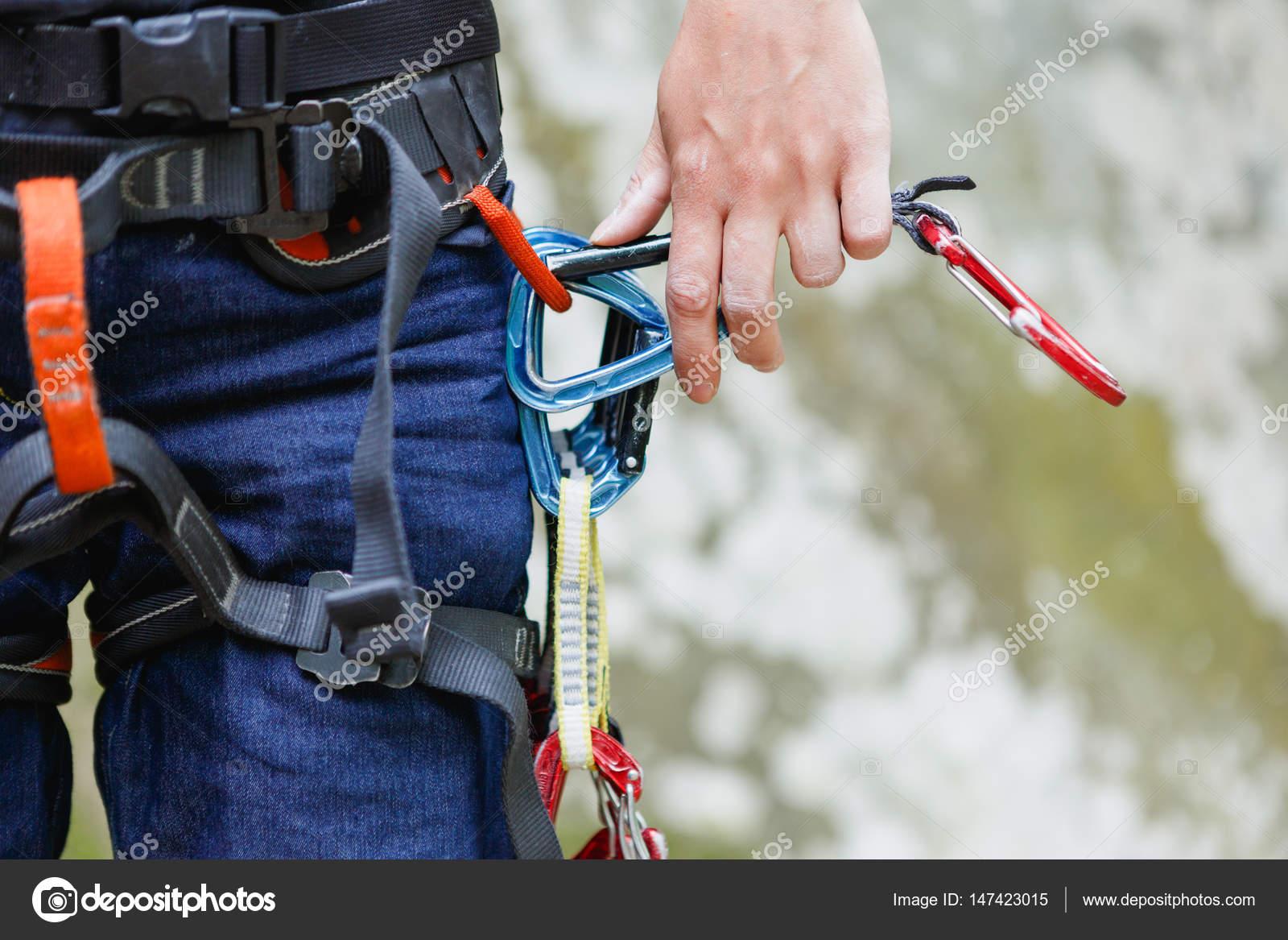 Kletterausrüstung In Der Nähe : Weibliche kletterer mit kletterausrüstung am gürtel ist bereit