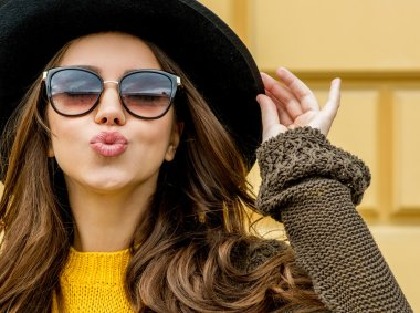 Fashion woman in a hat and sunglasses