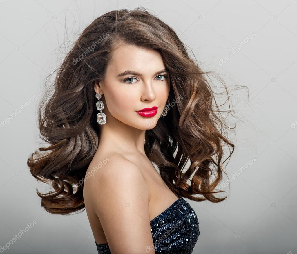 Piękna Dziewczyna Z Długie Falowane Włosy Zdjęcie Stockowe