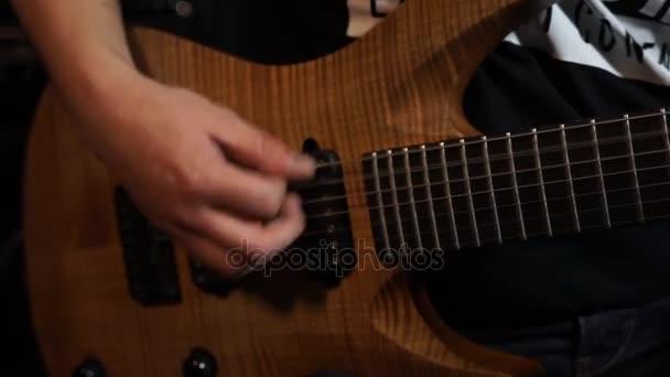 gitározni.