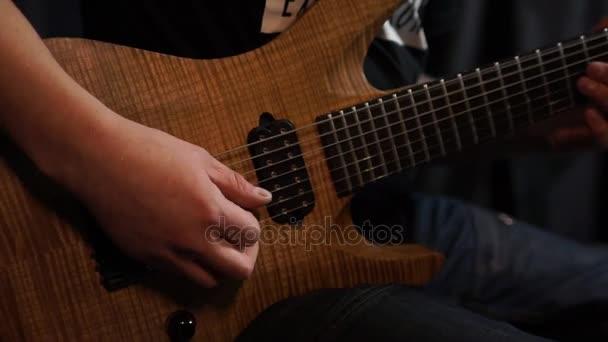 hraní na kytaru.