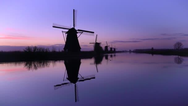 Větrné mlýny, světového dědictví UNESCO v Kinderdijk při západu slunce