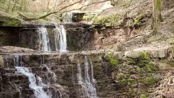 ein kleiner Bach und Wasserfällen im herbstlichen Wald