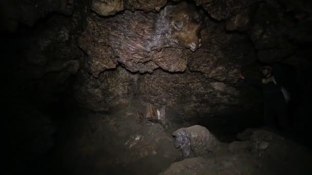 uvnitř krasové jeskyně Ternopilu