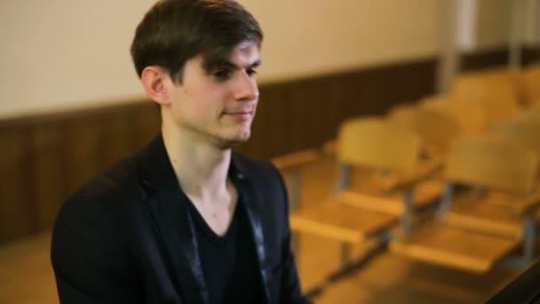 Musik machen. Profil eines gutaussehenden Mannes, der Klavier spielt