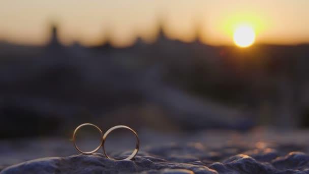 Snubní prsteny na zániku hradu pozadí 4k