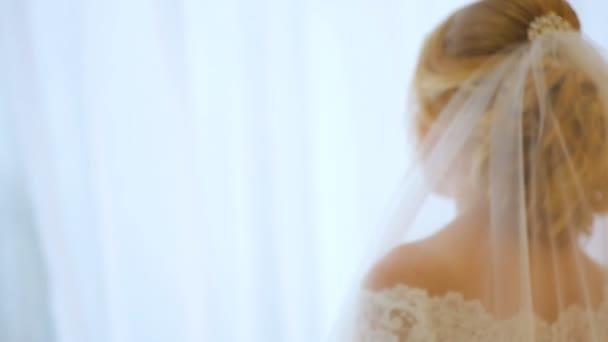a menyasszony az ablakhoz megy, és tolta a függöny
