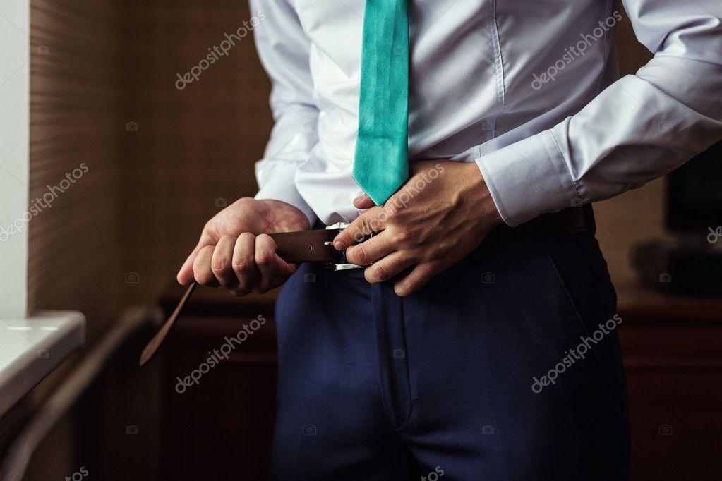 Man zetten een gordel ondernemer politicus mans stijl met
