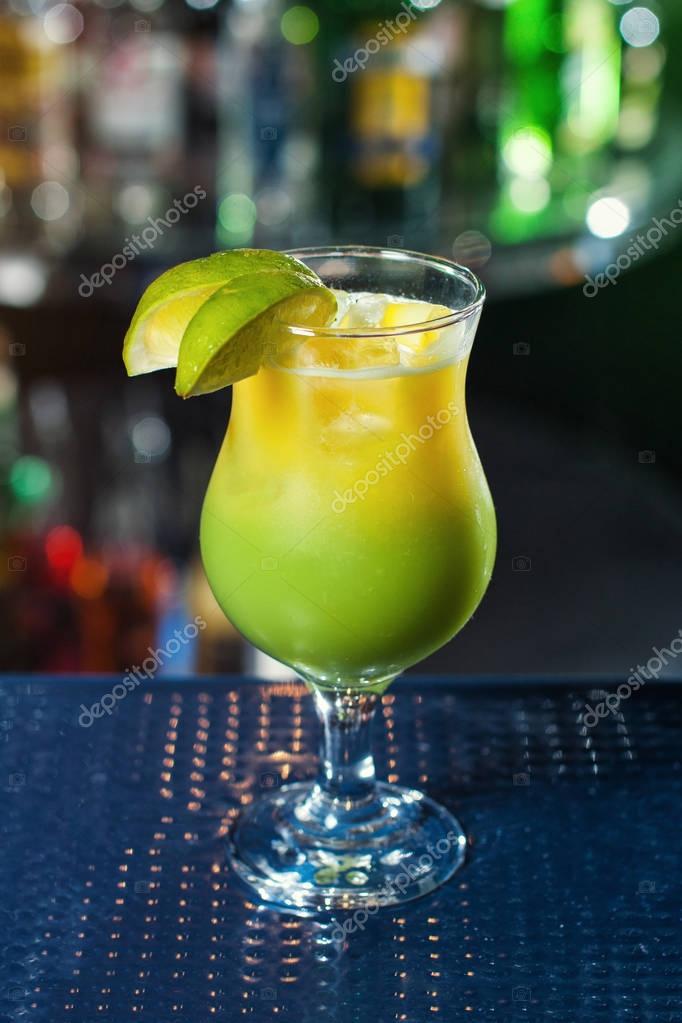 hell gelb-grün-Cocktail, garniert mit Kalk. Klassische Alkohol ...