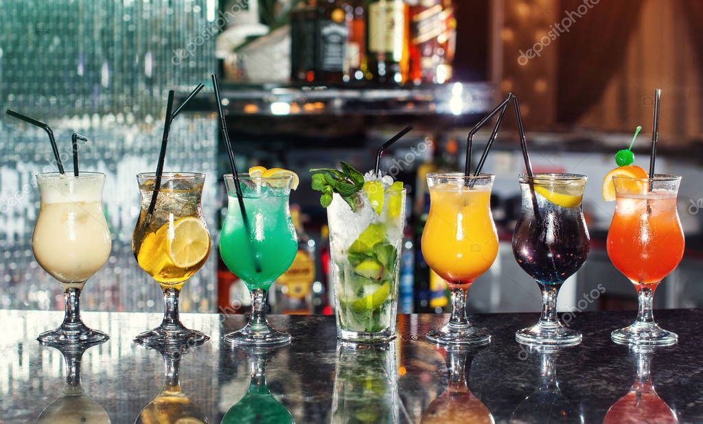 Satz von klassischen Alkohol Cocktails, Cocktails an der Bar ...