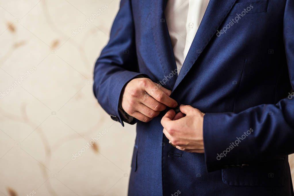 Zakenman draagt een jas. mans stijl mannelijke handen close up