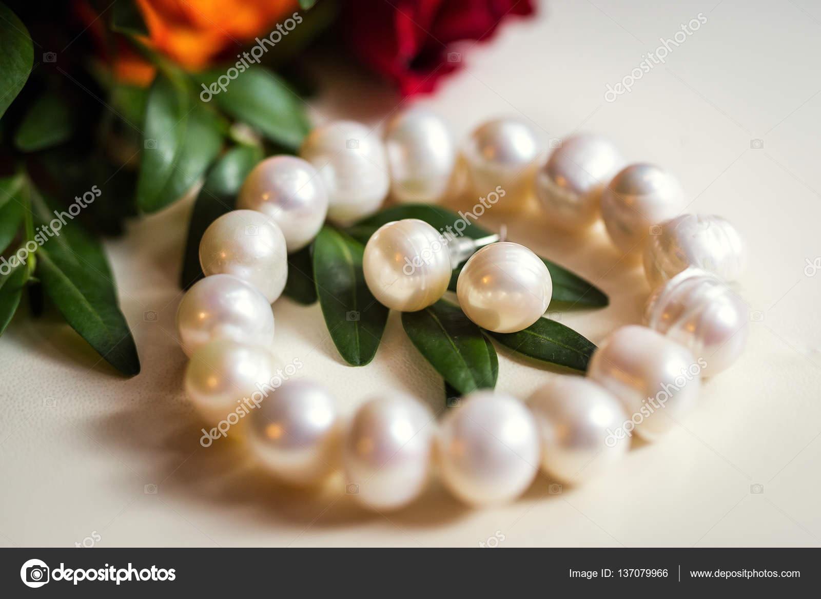 Beautiful bracelet and earrings of pearl, women's jewelry,bridal accessories,  European Wedding, American Wedding — Stock Photo © bondvit #137079966