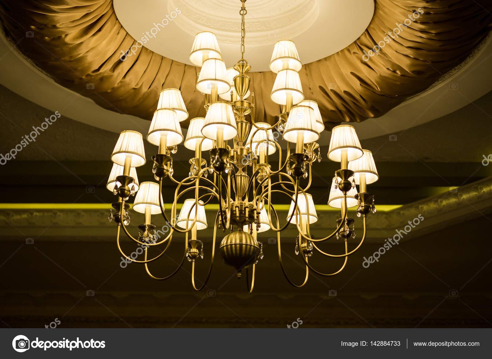 Как добавить интерьеру свет и великолепный стиль с люстрой
