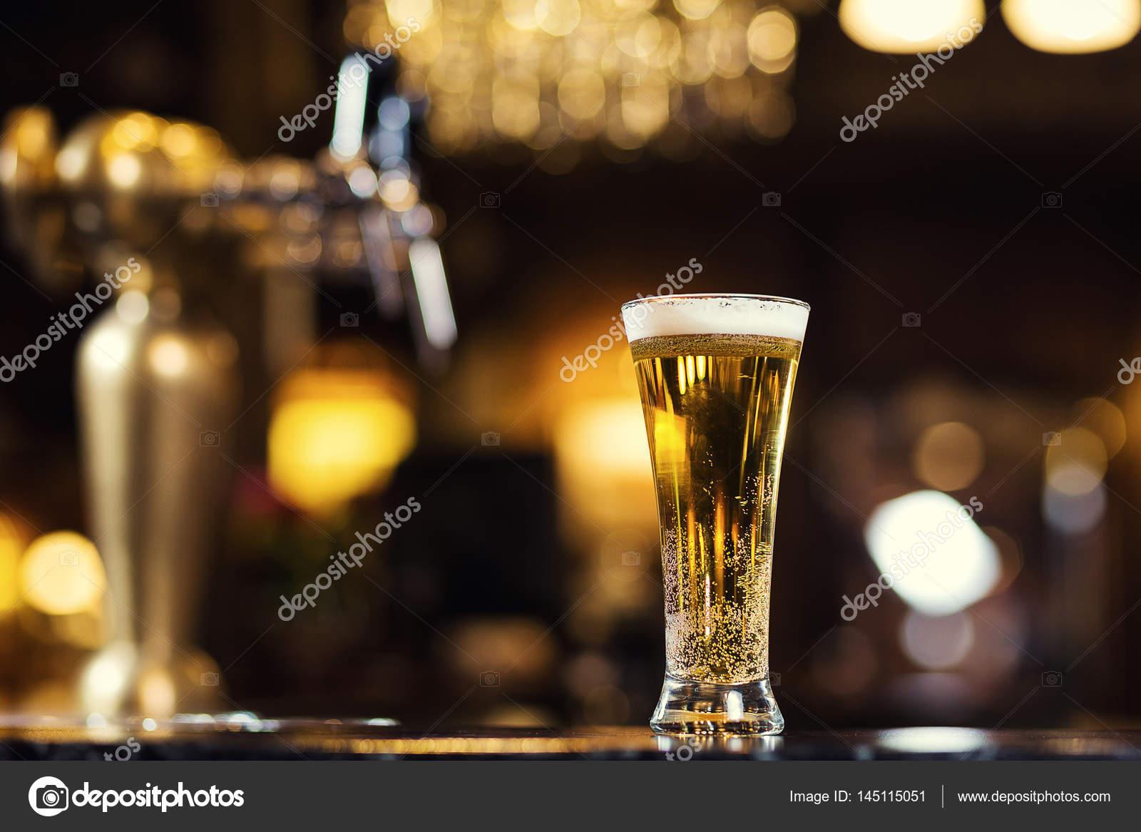 Cerveja, um copo de cerveja fresca na barra. Um pub. Bar.Restaurant ...