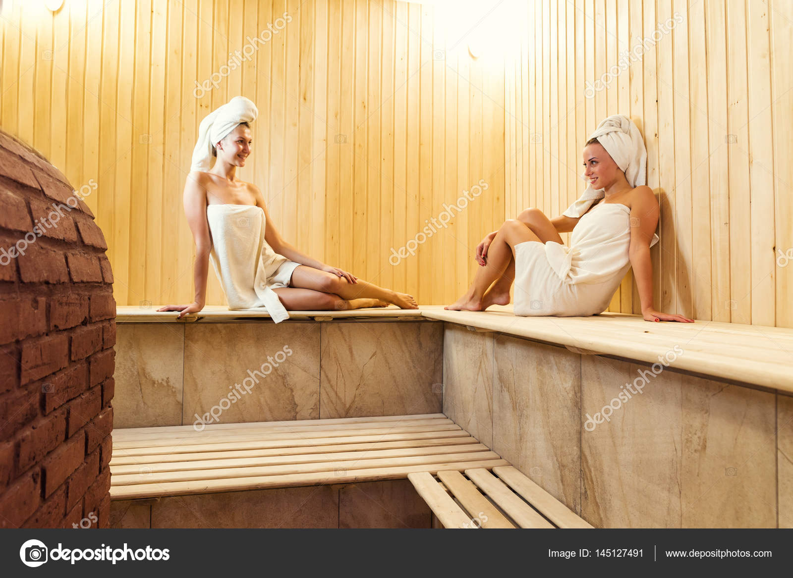 Due ragazze godendo un rilassante soggiorno nella sauna, due donne ...
