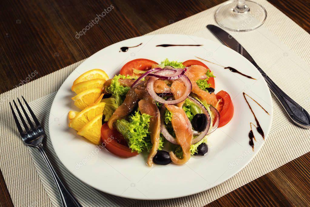 Insalata calda con frutti di mare piatti da portata in un for Piatti ristorante
