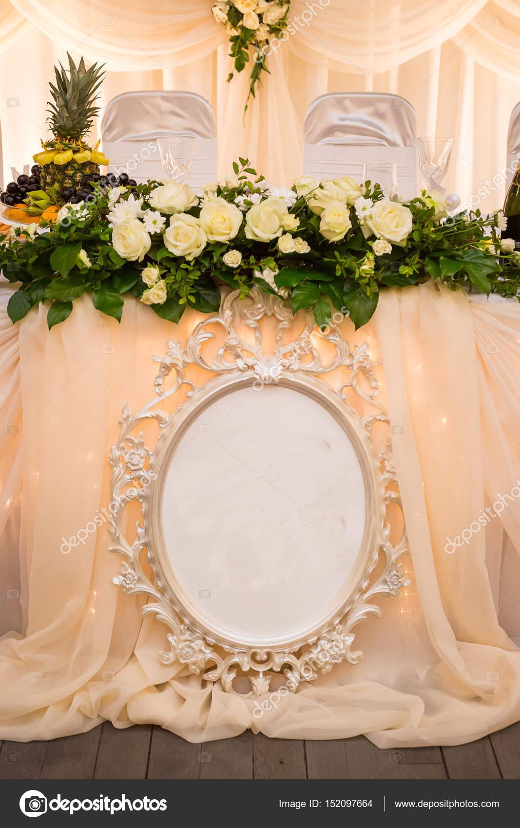 3feed4a6e93f Τις ρυθμίσεις τραπέζι γάμου. Τραπέζι που διακοσμημένα με Ανθοσυνθέσεις γάμου