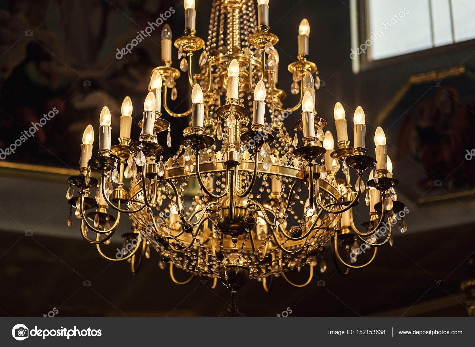 Kronleuchter Klein Vintage ~ Kronleuchter dunklen innenraum mit lampe baudenkmal vintage
