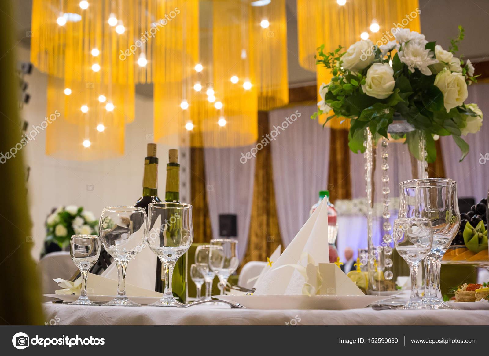 bd2ef139c74e Πλάκα στο τραπέζι του γάμου