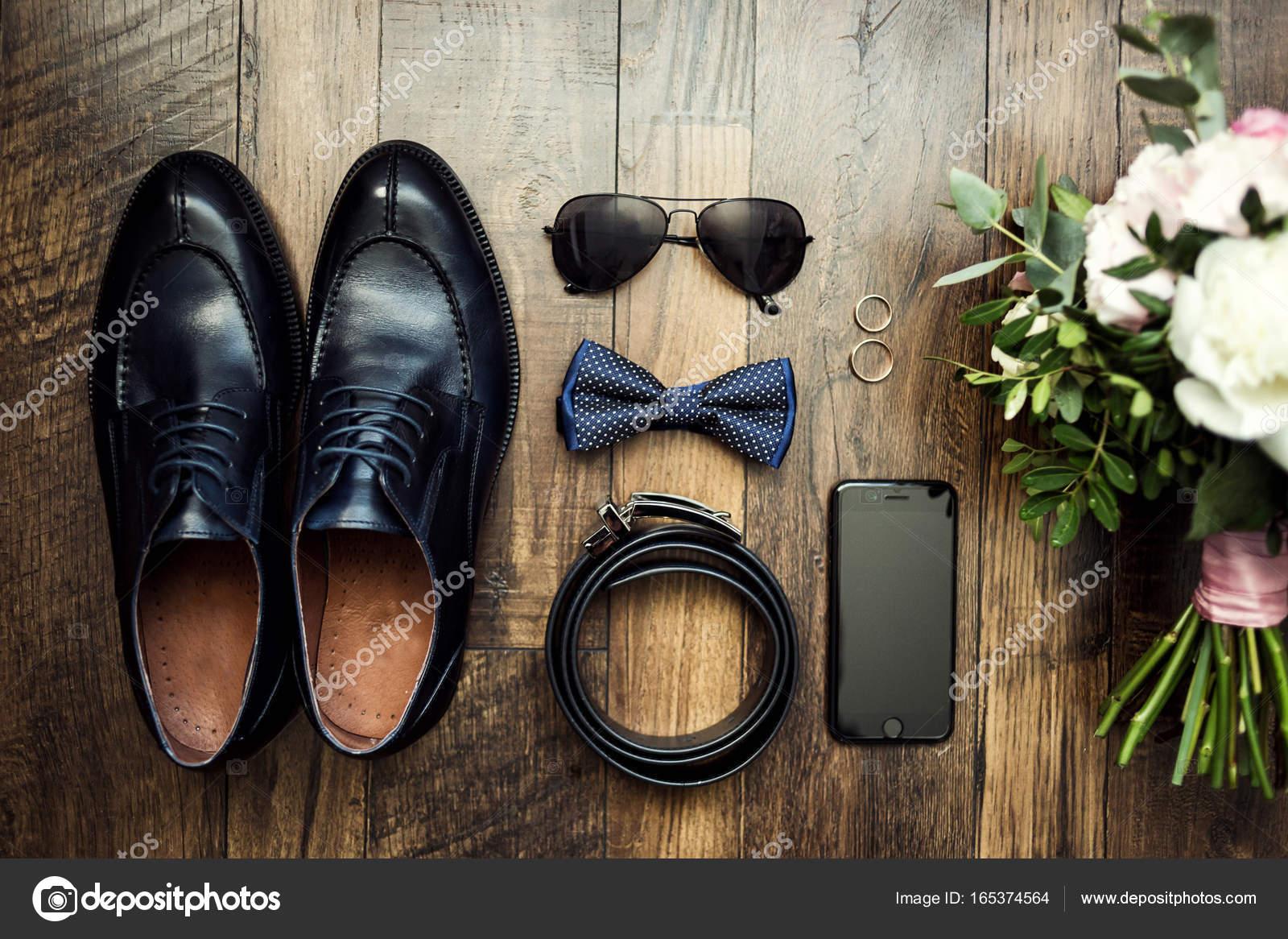e7716a9107 Fliege, Schuhe, Gürtel, Trauringe, Telefon, Uhr, Brille, Brautstrauß,  Bräutigam Morgen, Geschäftsmann, Hochzeit, Mann Mode, Herren Accessoires —  Foto von ...
