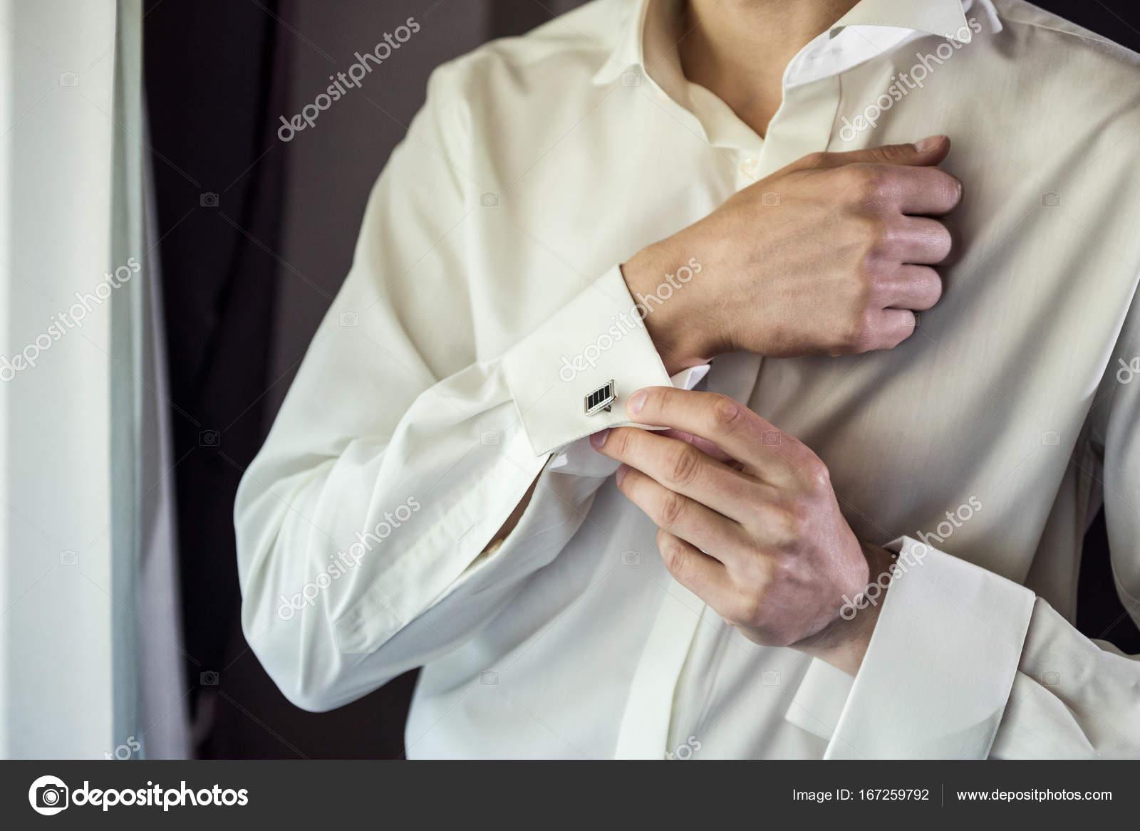 cac0e1937141 Επιχειρηματίας φόρεμα πουκάμισο. Ο άνθρωπος με το λευκό πουκάμισο στο το  παράθυρο φόρεμα μανικετόκουμπα. Πολιτικός