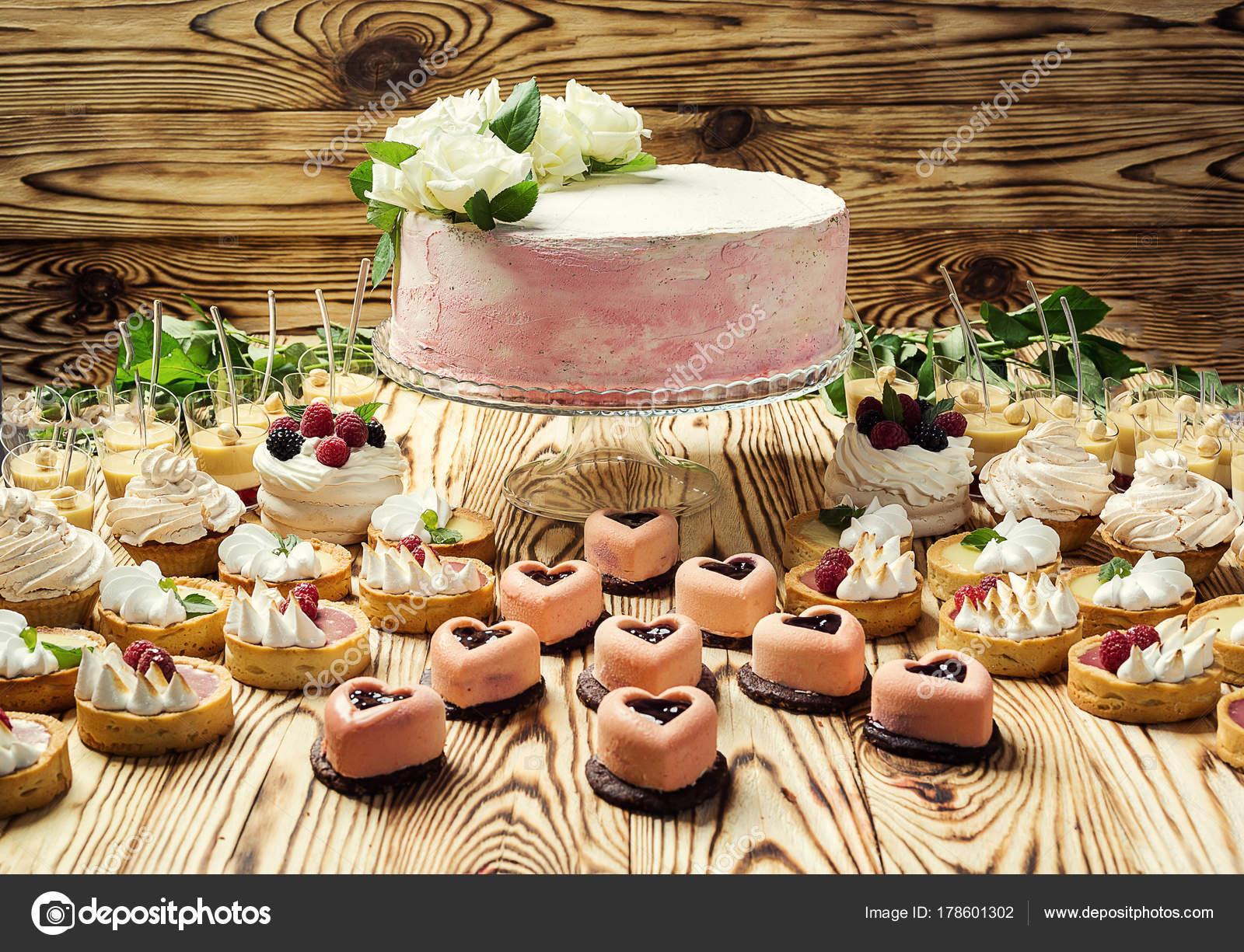 Buffet Di Dolci Per Compleanno : Candy bar decorato da deliziosi buffet dolce con cupcakes e u2014 foto