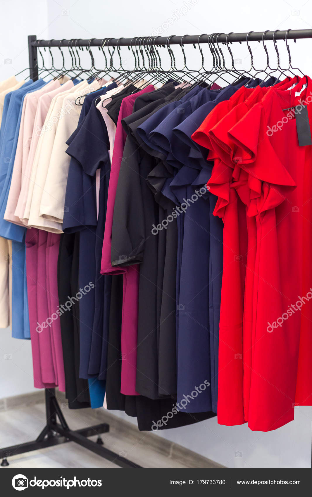 db324068bdf5 Abiti da donna colorato e altri vestiti appesi in un negozio di vendita al  dettaglio. Moda e concetto di acquisto — Foto di ...