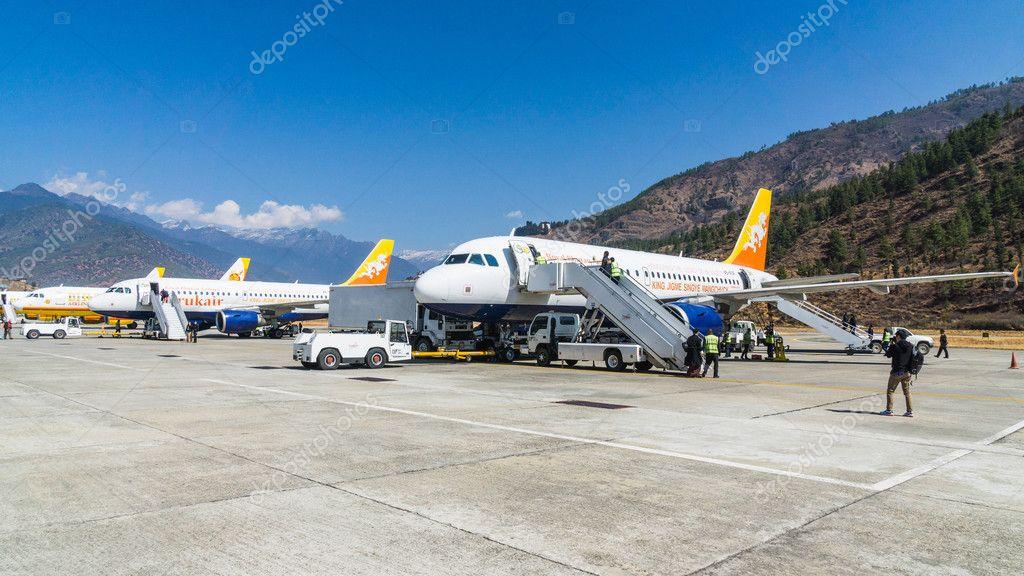 Paro Bhutan 2 März 2016 Menschen Ankunft Am Flughafen In Paro