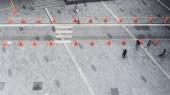 lidé chodí po chodníku pěší ulice po betonovém chodníku se skupinou módních mužů a žen. (Fotografie leteckého města)