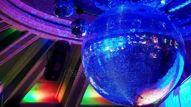 Disko koule v nočním klubu
