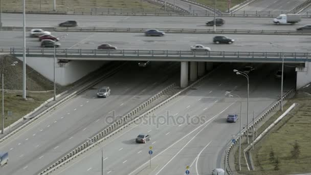 Proud aut na křižovatce na město