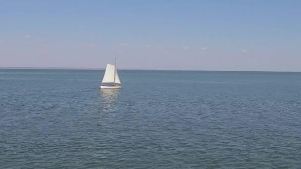 Egy vitorlás hajó, és a hullámok az óceán