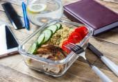 Zdravé jídlo přípravka kontejnery s quinoa, kuřecím masem a rukolou