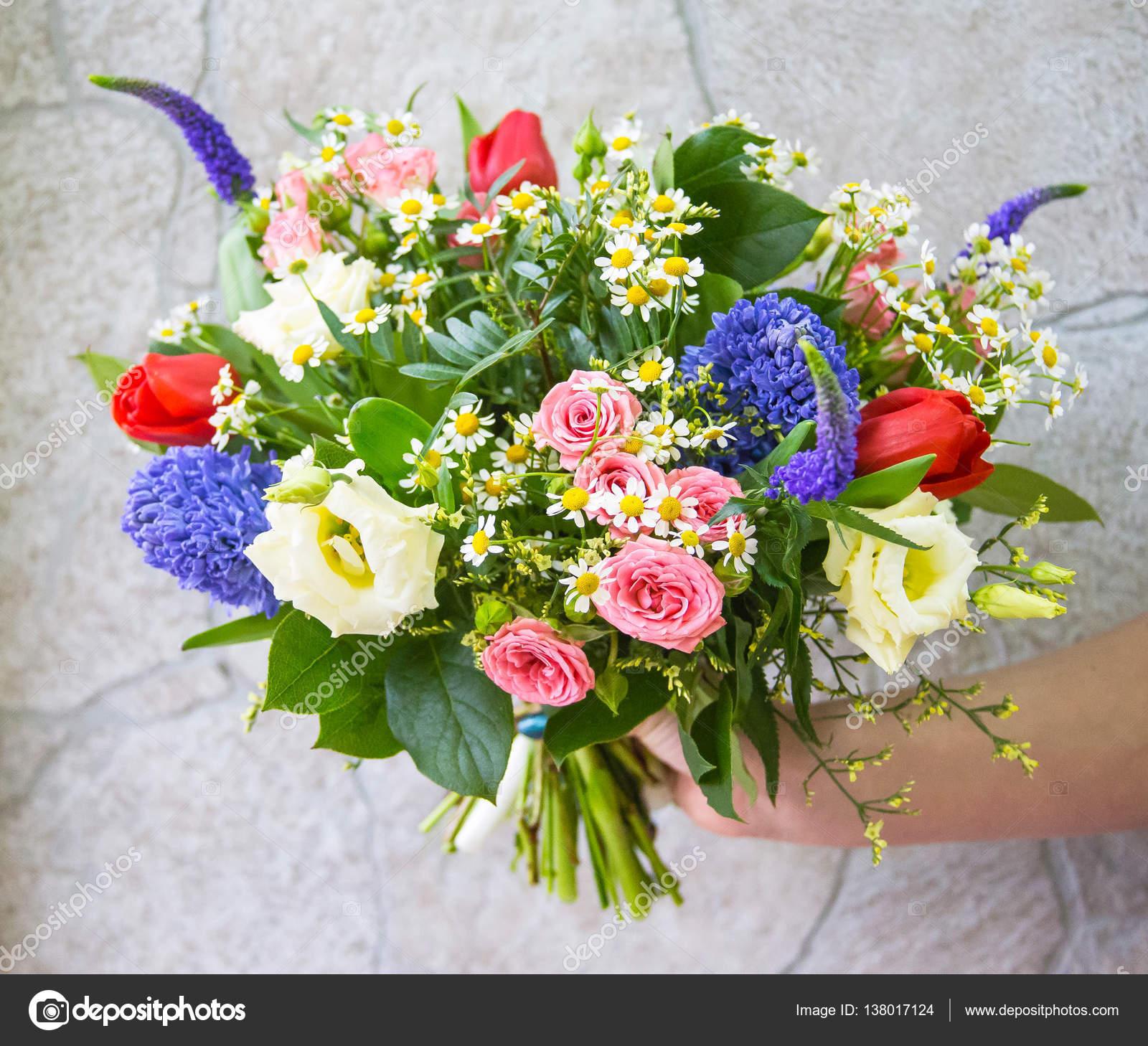 Luminoso colorato mazzo del campo e fiori del giardino for Disegni del mazzo del cortile