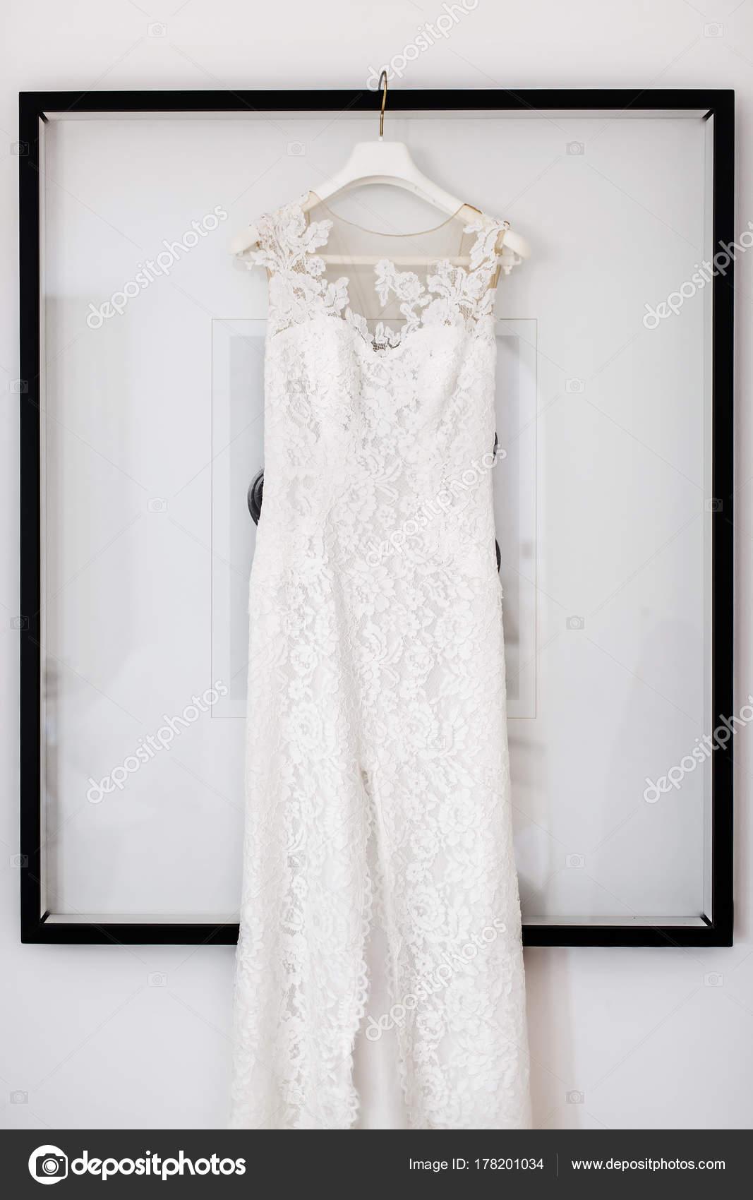 Vestido de novia cuelga en el cuadro en la sala blanca — Fotos de ...