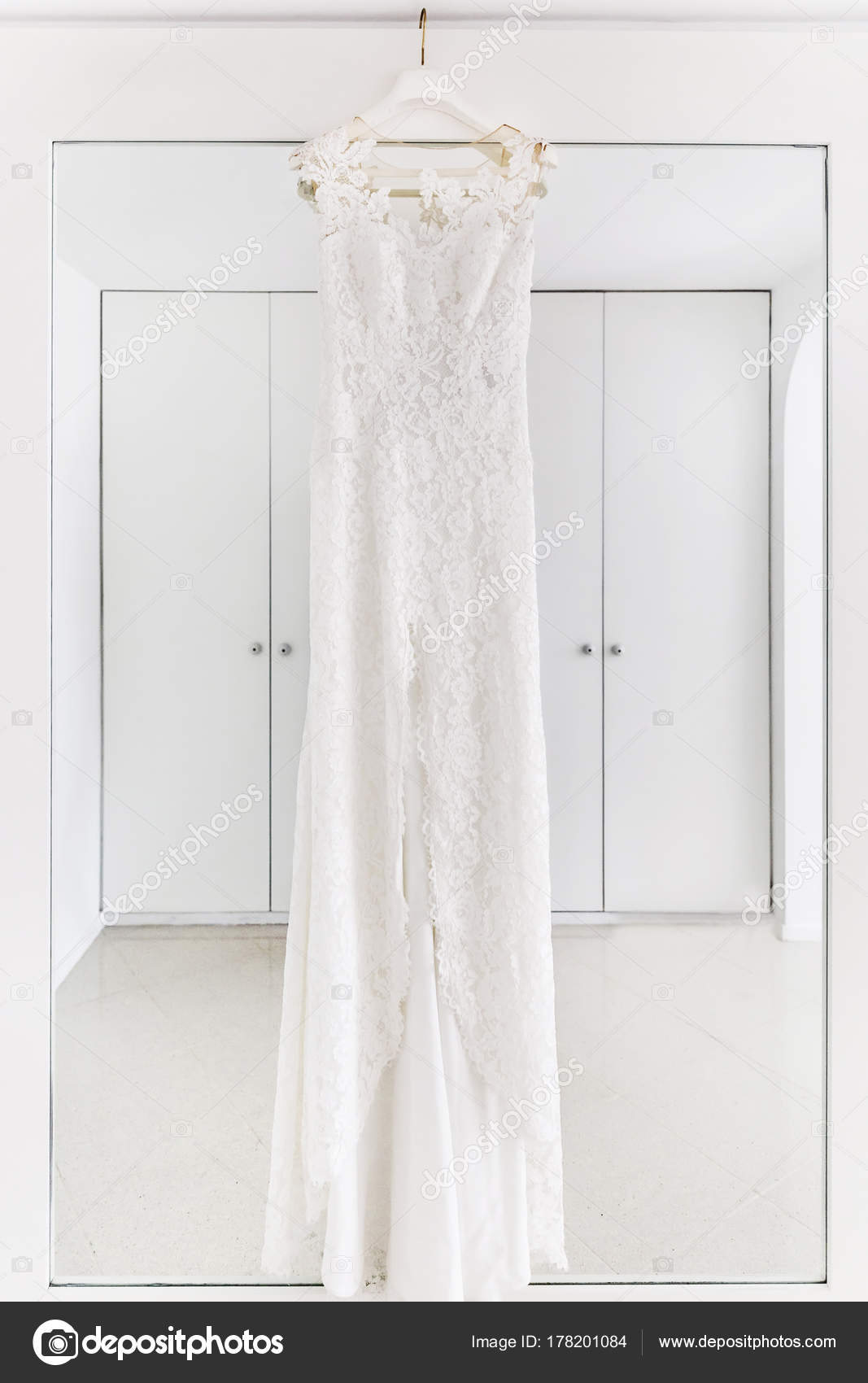 Vestido de novia colgado en la sala blanca — Foto de stock © A ...